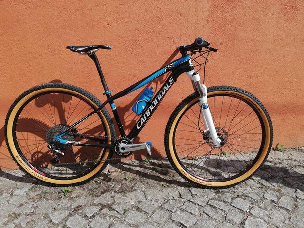 Bicicleta BTT Cannondale roda 29 carbono 1x11v SRAM. Rock shox a ar.