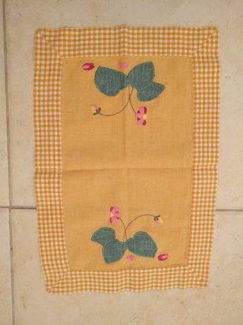 Naprons em tecido bordados