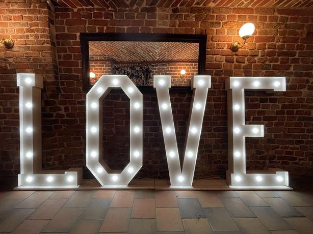 Duzy napis LOVE podswietlany