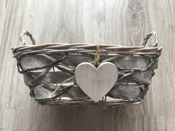 Wiklinowy koszyczek z drewnianym serduszkiem z folia w środku