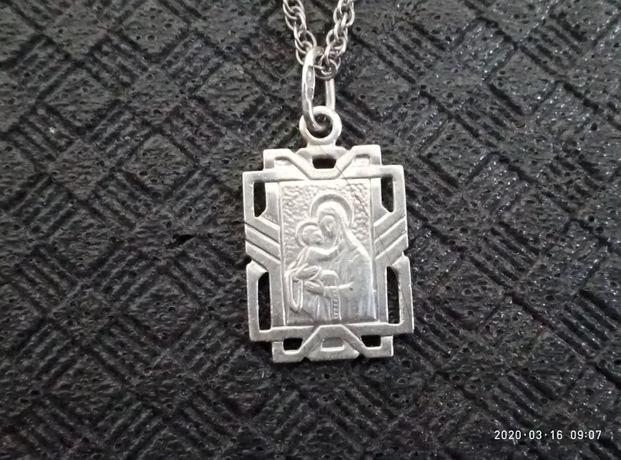 Серебряная иконка с серебряной цепочкой.