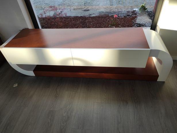 Móvel de TV em madeira carvalho e lacado branco