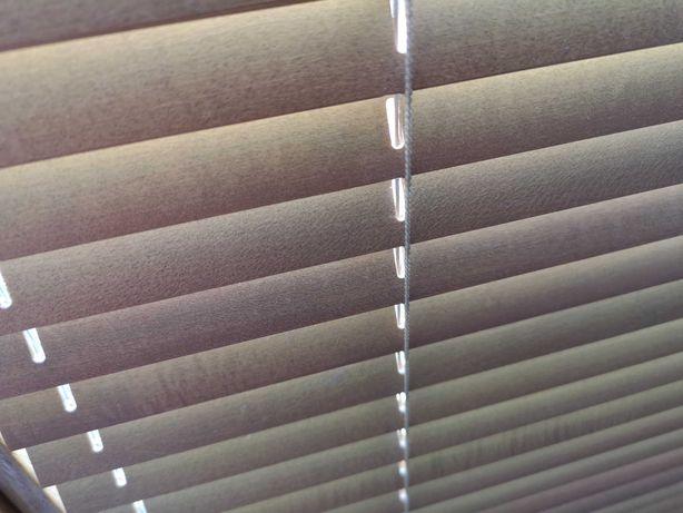 żaluzje drewniane rolety na okna brązowe listwy żałują rzymskie
