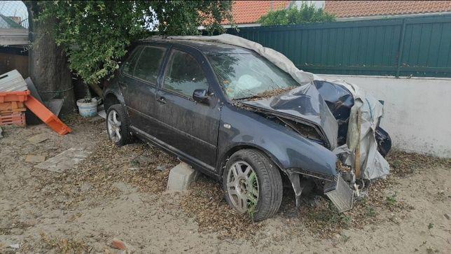 VW Golf IV acidentado