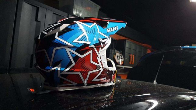 Capacete Kini Red Bull Revolution