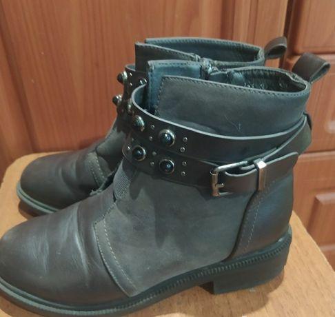 Осінні ботинки для дівчинки в гарному стані.