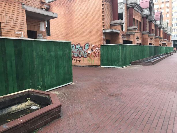 Забор зелёный с установкой.