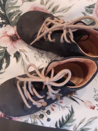 22 buty trzewiki