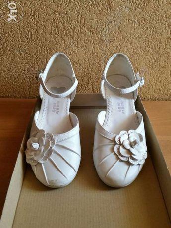 Białe sandały komunijne