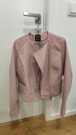 Conjunto calças pretas e blusão rosa