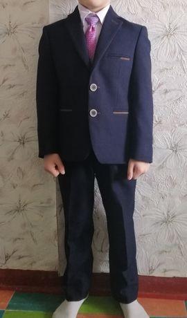 Продам школьный костюм для первоклашки