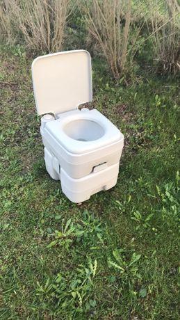 Przenośna tuyrystyczna toaleta ze spłóczką