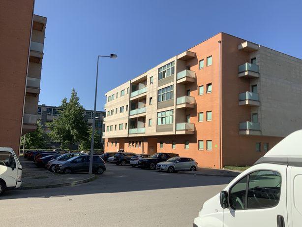 Arrendo Apartamento T2 com cozinha completa e garagem individual