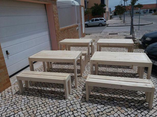 Conjunto de mesas e bancos.