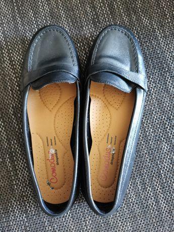 Sapatos pretos marca Comodus