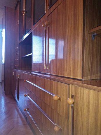 Красивая мебель для гостиной, спальни с двумя шкафами.