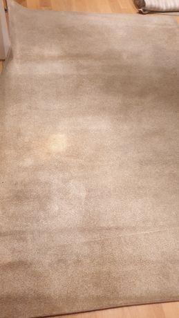 Carpetes bege vários tamanhos mas do mesmo material e cor.
