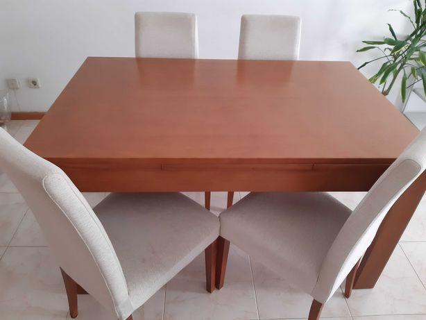 Mesa de jantar em madeira extensível + 4 cadeiras