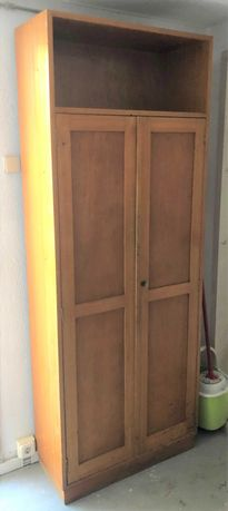 Armário em madeira maciça