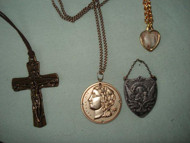 Wisiorki medaliki i krzyżyki.