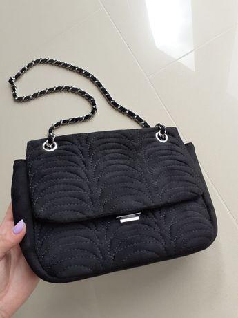 Czarna torebka kopertówka na srebrnym łańcuszku Reserved pikowana
