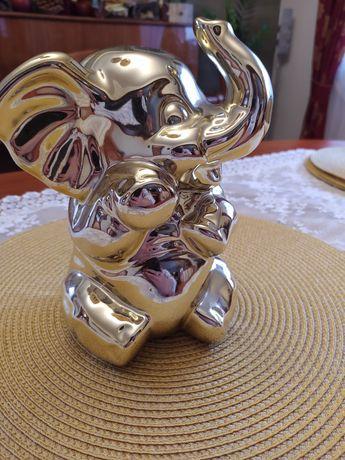 Szczęśliwy złoty słoń