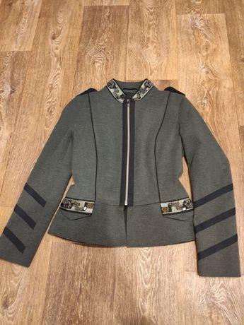 Серая весенне-осенняя куртка в пиджачном стиле
