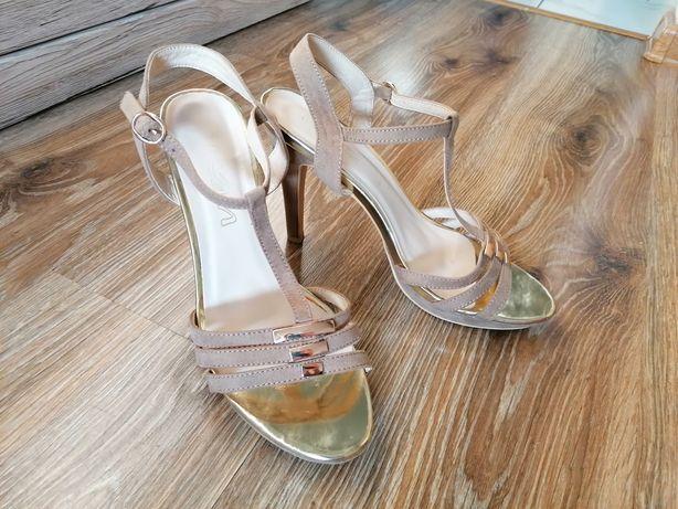 Złote sandały K&M na obcasie.