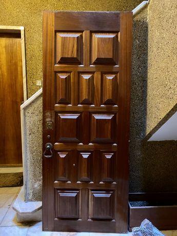 Porta de entrada principal em madeira maciça