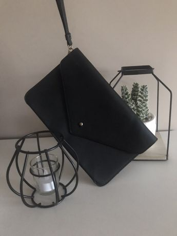 Czarna torebka kopertówka do ręki