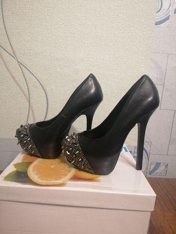 Продам черные туфли на каблуку