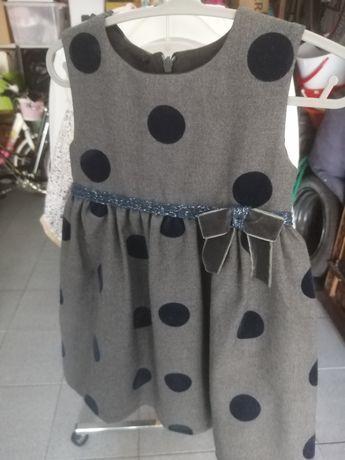 Vestido cinzento com bolas azuis