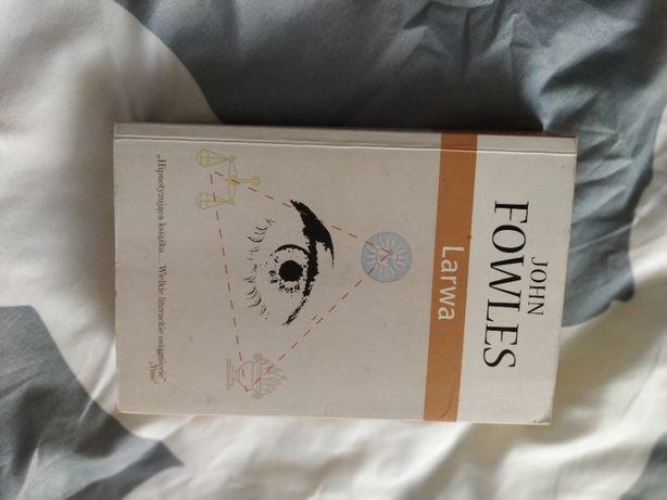 książka na wakacje  - Larwa - John Fowles