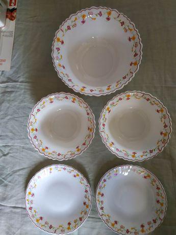 Красивый набор глубоких и мелких тарелок