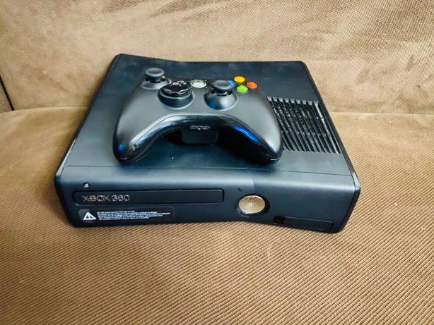 Xbox 360 в хорошем состоянии с геймпадом, 4 игры и Кинектом.