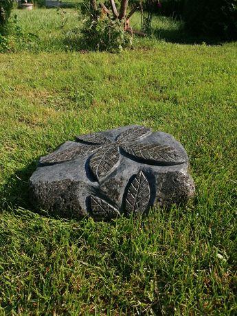 Rzeźba z kamienia polnego dekoracja ogrodowa