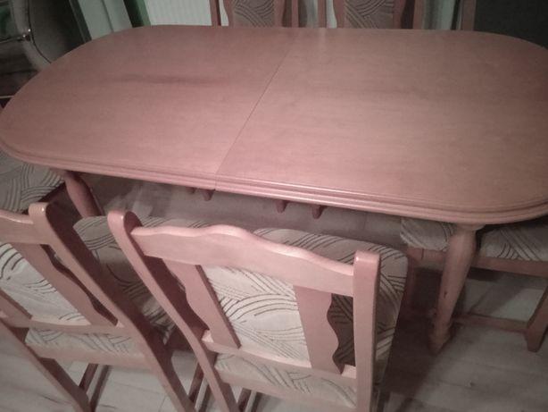 Stół z krzesłami.