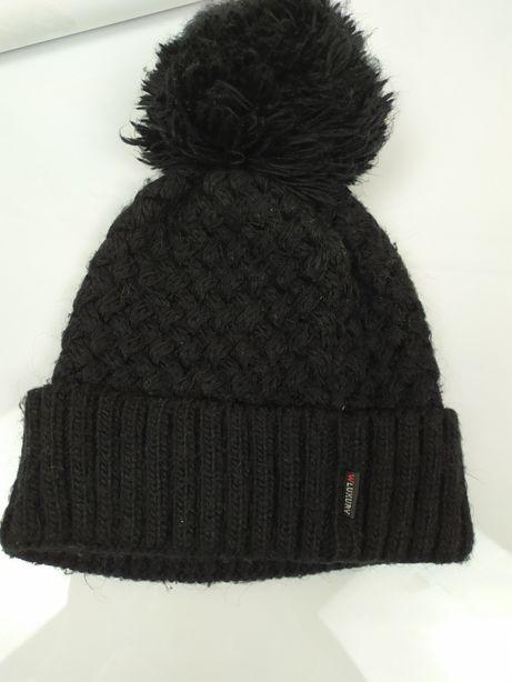 Черная шапка с бубоном