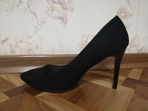 Продам замшевые туфли на шпильке
