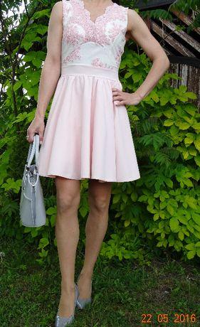 Sukienka z ozdobną koronką.