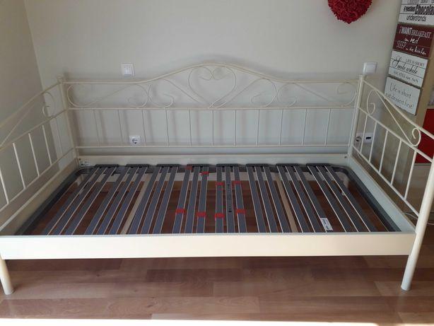 Estrutura de cama metálica e mesa de cabeceira