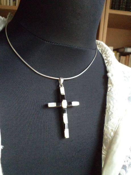 Srebrna zawieszka-krzyżyk z masą perłową i onyksem