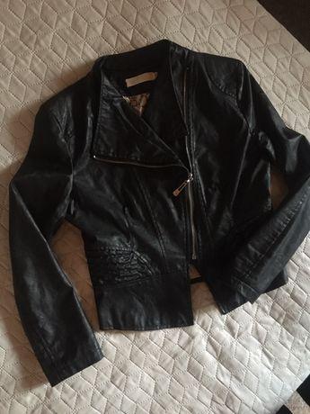 Czarna kurtka ze sztucznej skóry