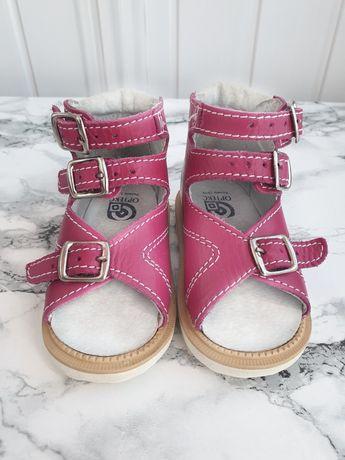 Ортопедичне взуття для дівчинки.