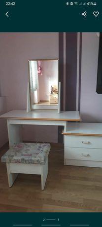 Biała toaletka z lustrem, stan bdb. wymiary 140x130x50 dwie szufladki