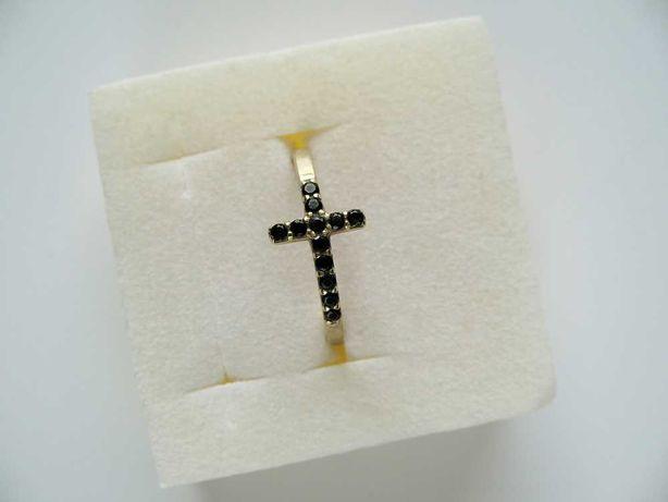 APART złoty pierścionek z czarnymi cyrkoniami, krzyż, kolekc. La Donna