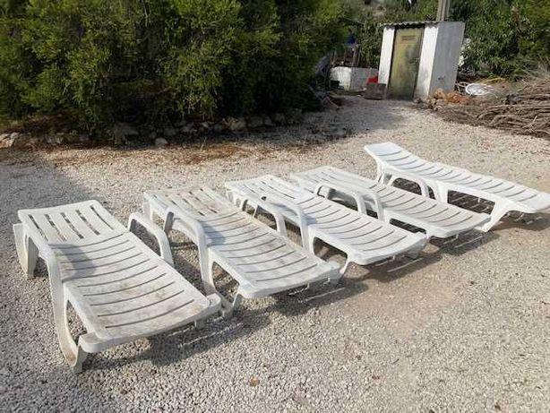 5 espreguiçadeiras, 4 cadeiras, 1 mesa, todas em plástico. GRÁTIS.