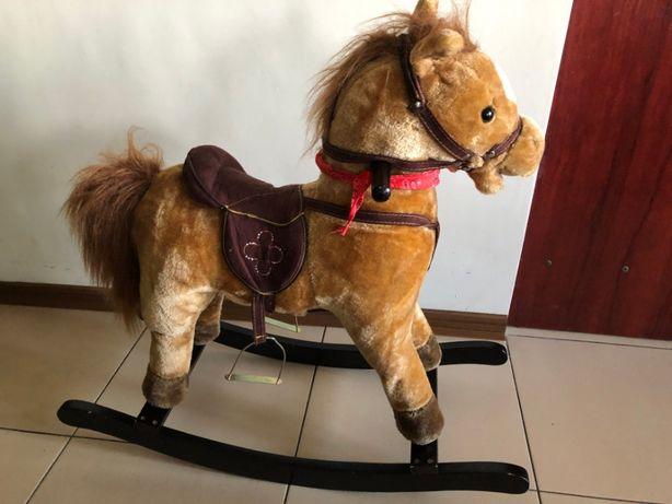 Konik Koń na biegunach wydaje dzwięk rżenie