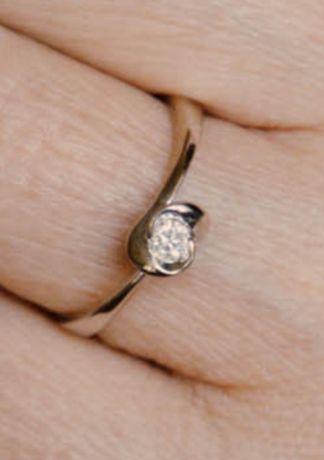 Białe złoto pierścionek z dużym brylantem, r. 11, waga 1,4 g, pr. 585