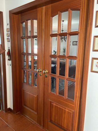 Conjunto de Portas de madeira cor castanho